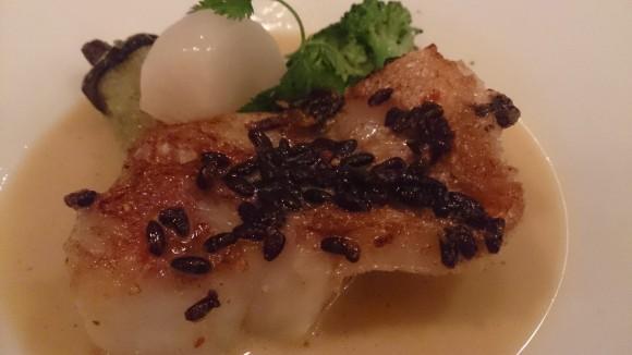 お魚料理(カサゴのワイルドライス焼き ソースポアソン)